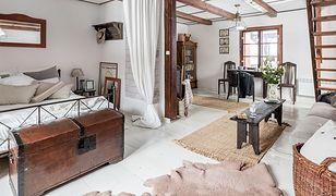 Stylowa drewniana skrzynia skryje pled, letnią pościel lub posłuży jako stolik do salonu