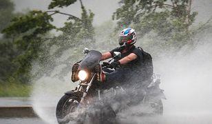 Przemieszczanie się motocyklem w deszczu wymaga zmiany techniki jazdy.