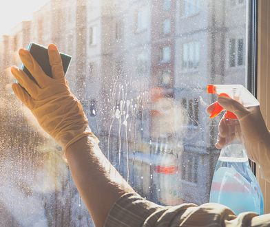 Jak myć okna? Skuteczny trik, dzięki któremu szyby w domu będą lśnić