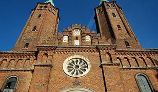 """Strajk kobiet. Napis """"Piekło kobiet"""" na murach zabytkowej katedry. Proboszcz apeluje do jego autorów"""