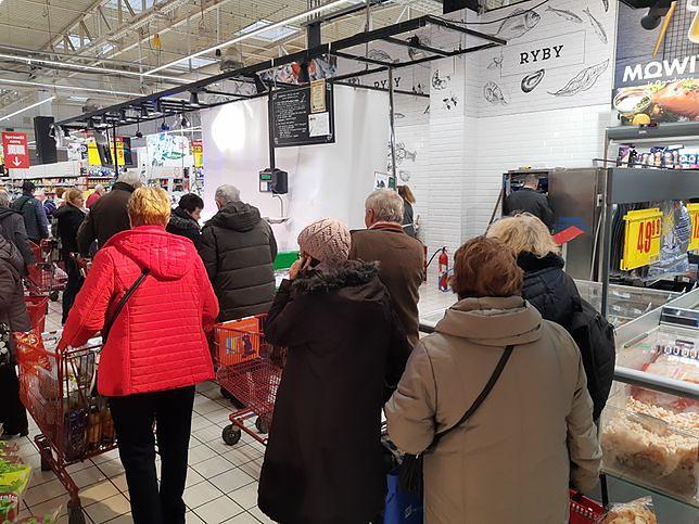 Pokazaliśmy, jak sprzedawane są karpie. Jest oficjalne stanowisko sieci Carrefour