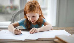 Dziecko nauka rysowania. Zdalne naucznie wprowadzanie jest na dwa tygodnie