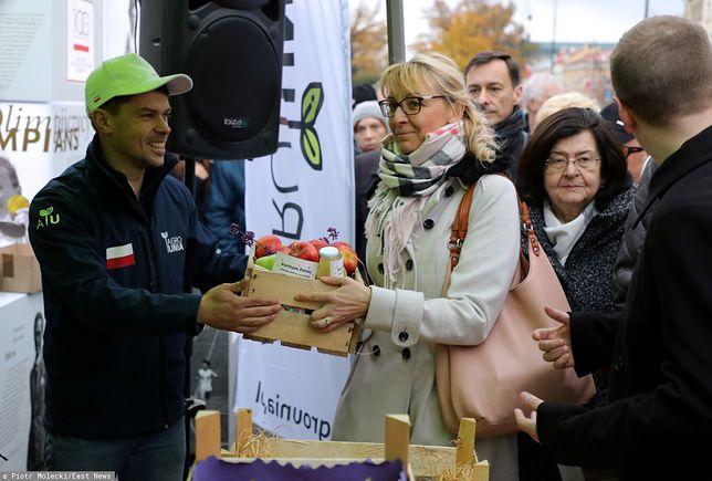 Członkowie AgroUnii rozdawali przechodniom w Warszawie polskie owoce i warzywa