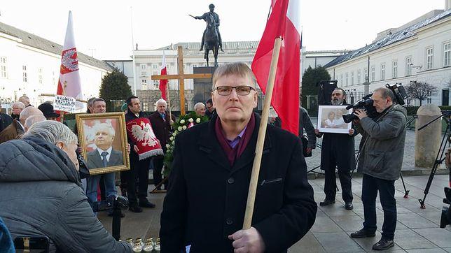 Senator Bonkowski na miesięcznicy smoleńskiej, 10 marca 2018 r. Już wtedy był zawieszony w prawach członka PiS.