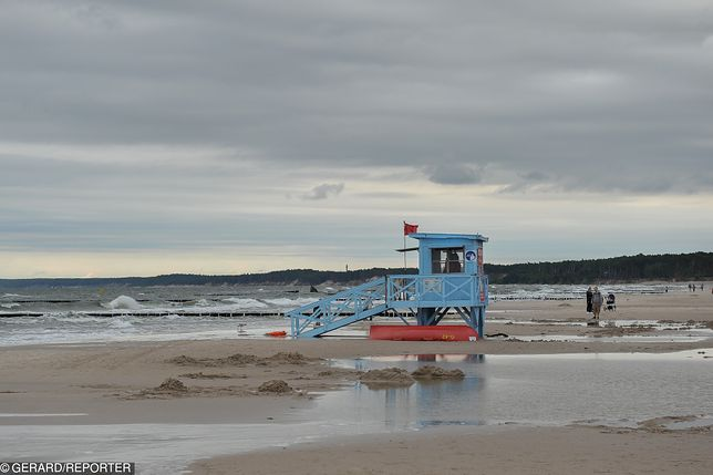 Błękitny kolor flagi przy morzu. Mało kto wie, co oznacza
