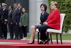 Angela Merkel znowu siedziała podczas hymnów
