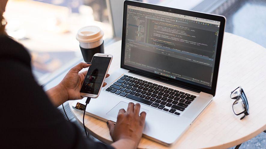 Kod aplikacji napisanych w Kotlinie pachnie przyjemnie, a Java śmierdzi