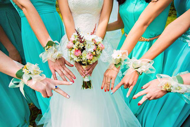 To najpopularniejsza sukienka na wesele w tym sezonie. Na jeden ślub założyło ją aż 6 kobiet