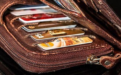Karty kredytowe. Polacy mają coraz więcej plastikowego pieniądza w portfelach