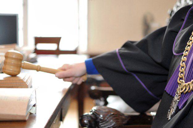 Incydent w sądzie w Łowiczu. Mężczyzna wniósł na salę broń hukową i atrapy pistoletów