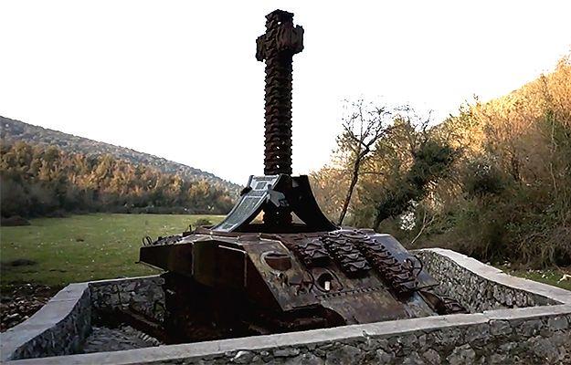 Złodzieje złomu rozkradają polski czołg-pomnik spod Monte Cassino