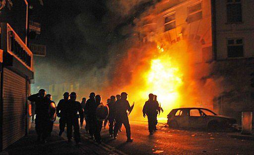 Londyn w ogniu walk, wojna na ulicach - zobacz filmy