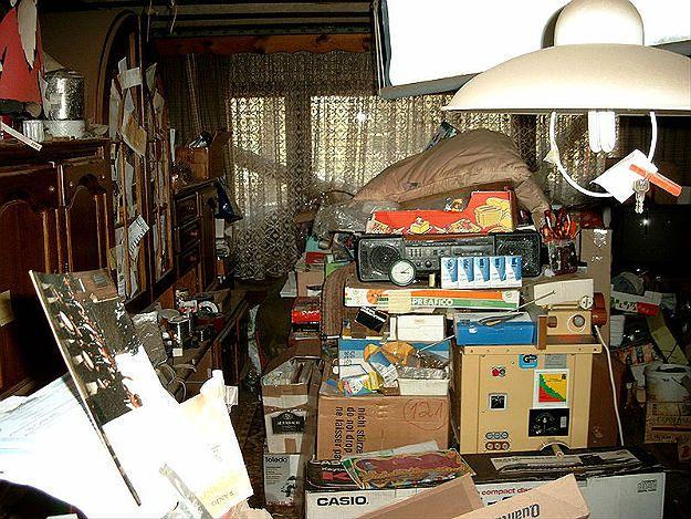 """Sąsiadka znosi do mieszkania śmieci. """"Pojawiło się robactwo: karaluchy i prusaki"""""""