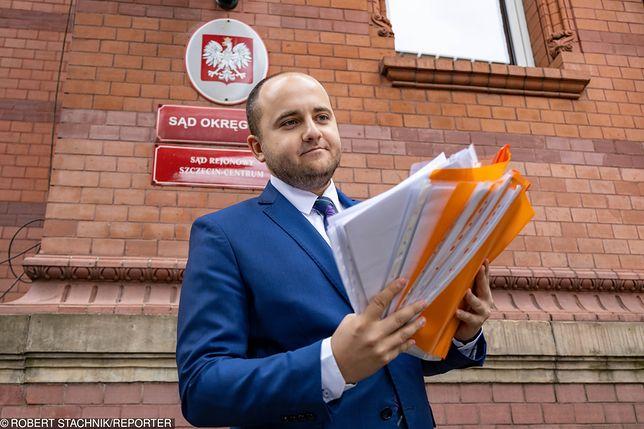 Dariusz Matecki z kompletem dokumentów sądowych