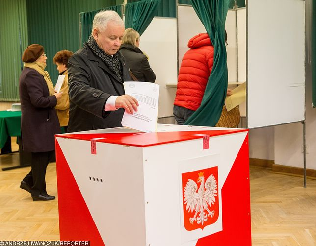 Jarosław Kaczyński głosuje, 25 października 2010 r.
