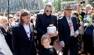 Szymon Sipowicz w środku z urną z prochami matki. Po prawej Kamil Sipowicz, po lewej Mateusz Jackowski/ fot. AKPA