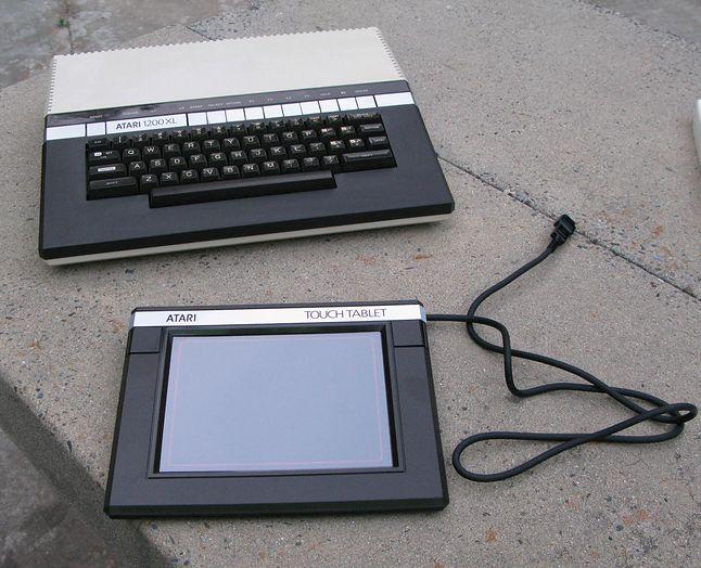 Atari 1200XL oraz tablet graficzny Atari Touch Tablet.