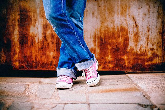 Wygodne jeansy i kolorowe trampki to idealne połączenie