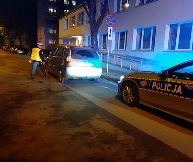 Łódź. Policja przekazała dzieci matce.