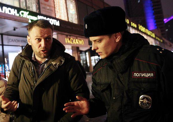 Nawalny podczas rozmowy z policjantem