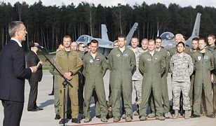 Szef NATO Jens Stoltenberg podczas wizyty w 32. Bazie Lotnictwa Taktycznego w Łasku