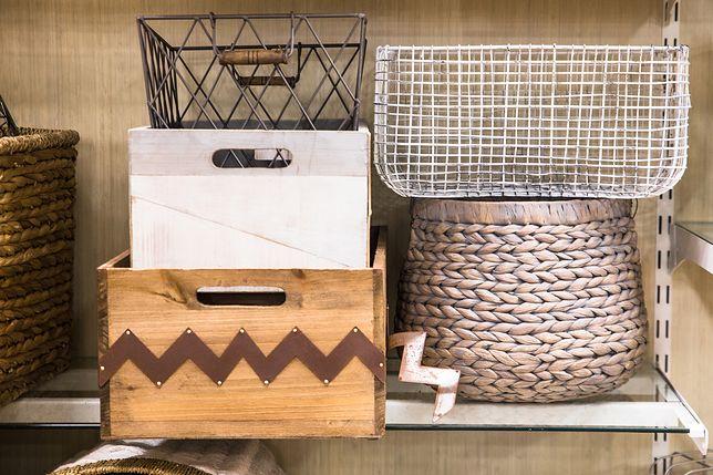 Dekoracje charakterystyczne dla stylu rustykalnego to drewniane i metalowe skrzynki oraz kosze wiklinowe