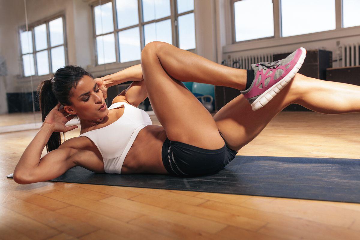 Jak prawidłowo robić brzuszki? Rodzaje brzuszków i efekty ćwiczeń