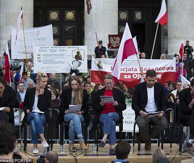 """Aktorzy czytający """"Golgotę Picnic"""" - Agnieszka Żulewska druga od lewej"""