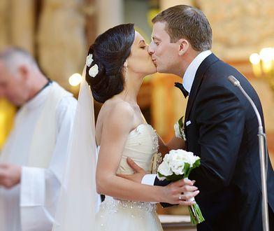 Para młoda całująca się podczas ślubu