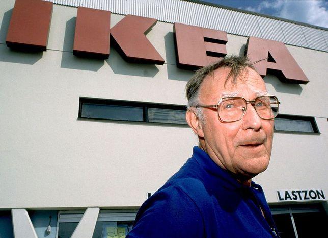 Ingvar Kamprad w 2012 roku na tle sklepu.
