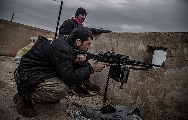 Kurdyjscy rebelianci ostrzeliwują pozycje bojowników IS