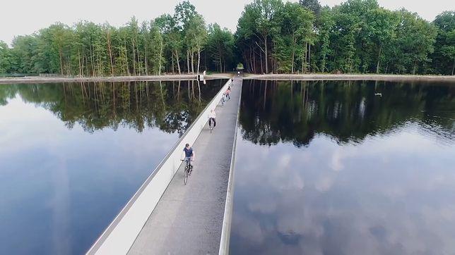 Trasa rowerowa. Dzieli jezioro na dwie części