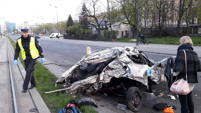Tragiczny wypadek w Łodzi. Samochód rozerwany na pół, kierowca nie żyje