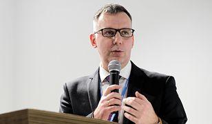 Wiceprezes Lotosu Patryk Demski, mimo trwającej kampanii wyborczej, nadal pojawia się w pracy