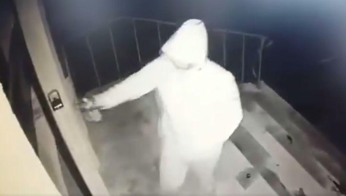 Wymalował drzwi biura PiS. Nagrała go kamera
