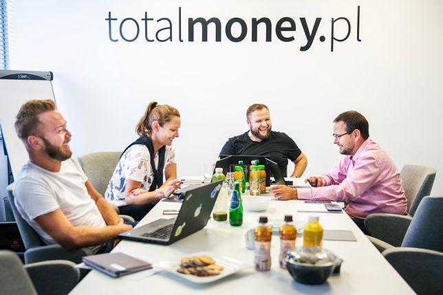 Kalkulator rat i kosztów kredytu na stronie Totalmoney.pl to narzędzie, z którego z pewnością warto korzystać przed podjęciem ostatecznej decyzji.