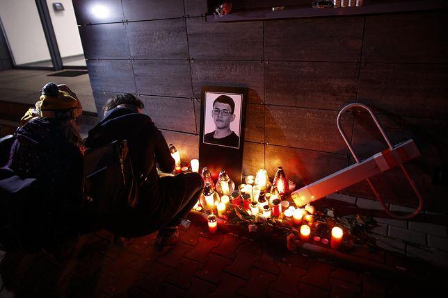 Znicze pod portretem zabitego dziennikarza