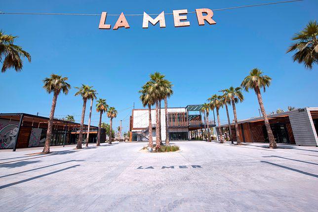 Na terenie plaży La Mer można znaleźć ponad 130 sklepów, kawiarni oraz restauracji