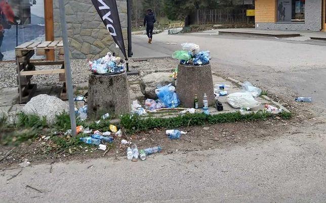 Śmieci wysypują się z koszy