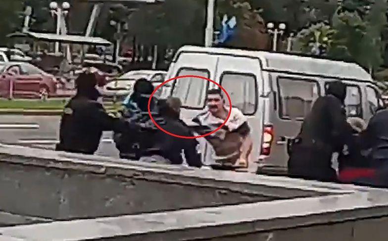 Białoruś. Nagrano niezwykłą scenę. Funkcjonariusz OMON-u uciekł w popłochu