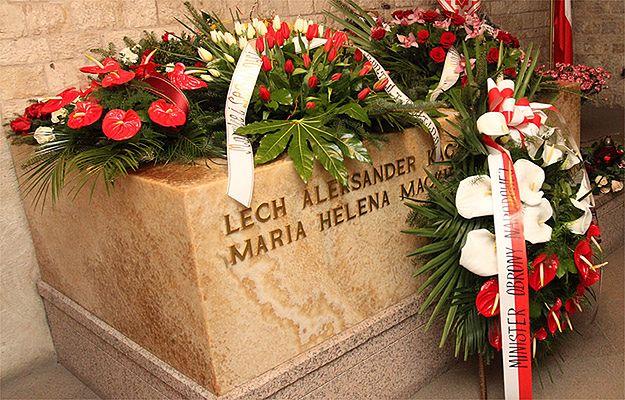 Prezydent Bronisław Komorowski złożył kwiaty na grobie prezydenta Lecha Kaczyńskiego na Wawelu