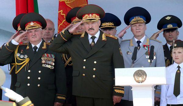 Aleksandr Łukaszenka odbiera defiladę wojskową