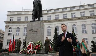 Władysław Kosiniak-Kamysz pod pomnikiem Wicentego Witosa