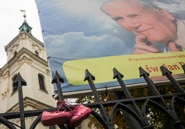 Dziecięce buty powieszone na ogrodzeniu kościoła św. Floriana w Krakowie w ramach akcji przeciw pedofilii księży