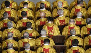 Księża na mszy świętej