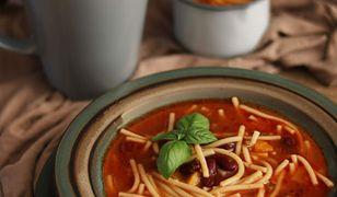 Zupa pomidorowa z mieloną wołowiną i czerwoną fasolą. Przełam klasykę