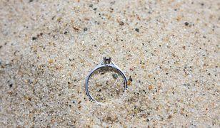 Pierścionek na plaży (zdjęcie ilustracyjne)