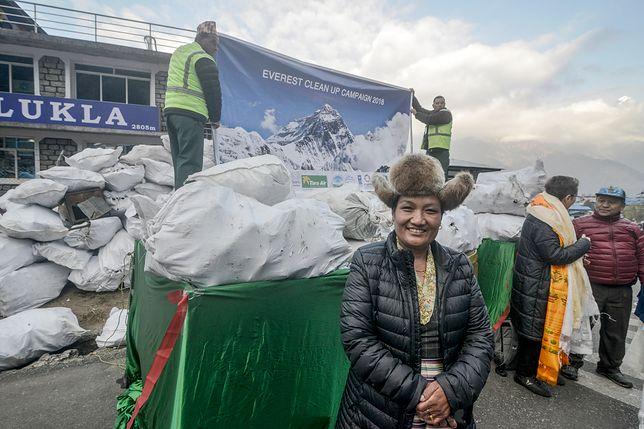 """Sprzątanie Mount Everestu. Ze """"szlaku papieru toaletowego"""" zdjęto już ponad tonę śmieci."""