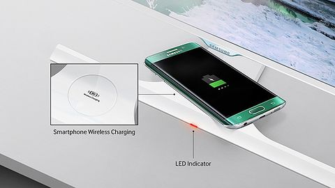 Monitor Samsunga bezprzewodowo naładuje smartfona