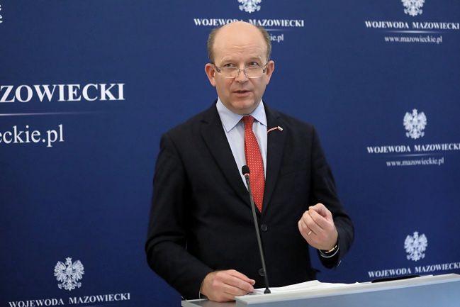 Wojewoda mazowiecki Konstanty Radziwiłł podczas konferencji po posiedzeniu Zespołu Zarządzenia Kryzysowego ze starostami z województwa mazowieckiego